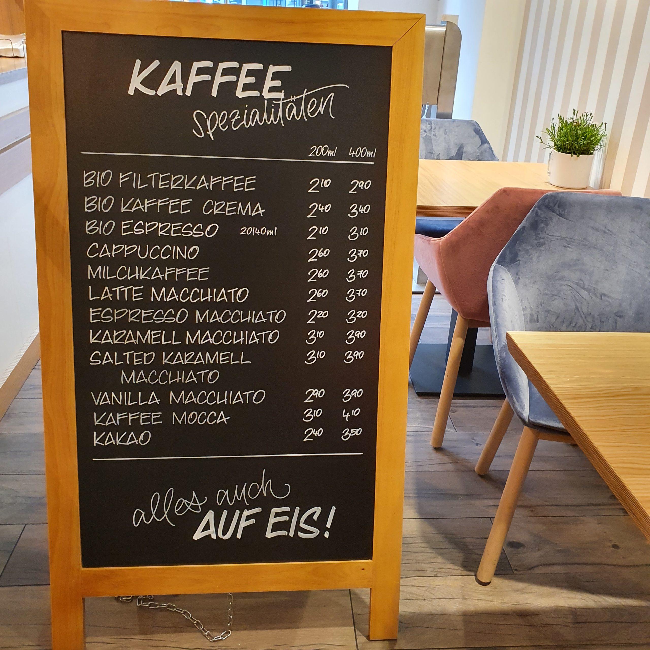 Tafelbeschriftung mit Kaffeespezialitäten auf einem Aufsteller