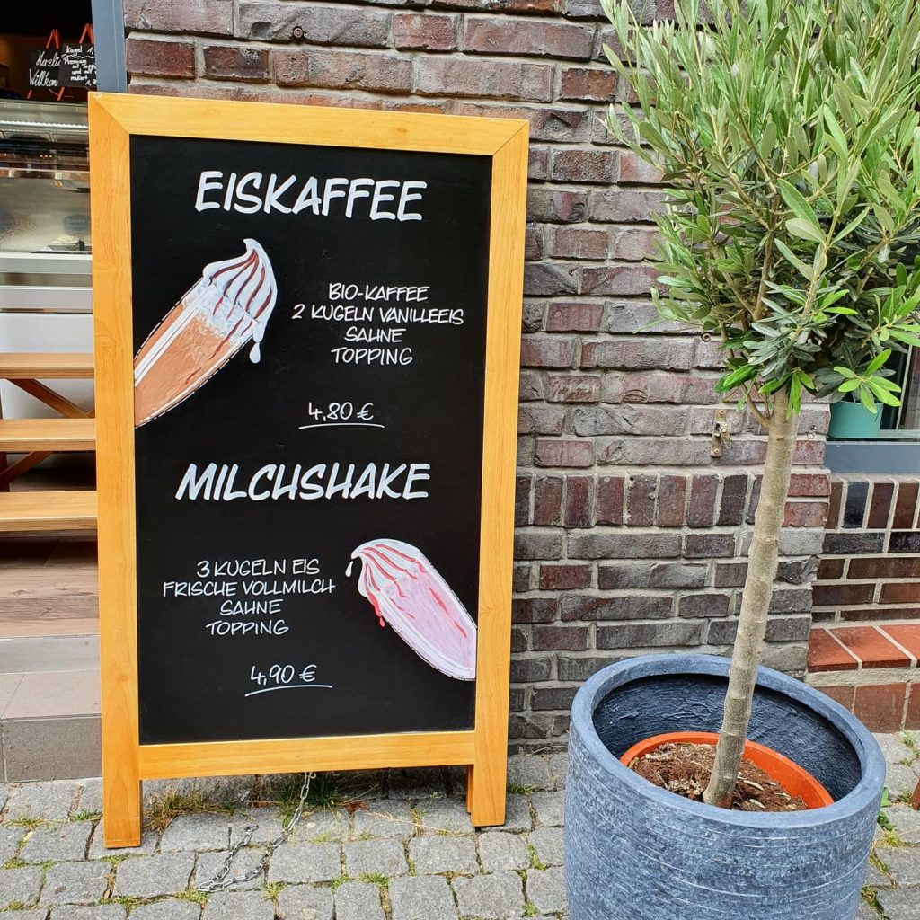 Tafelbeschriftung mit Eiskaffee und Milchshakes auf einem Aufsteller