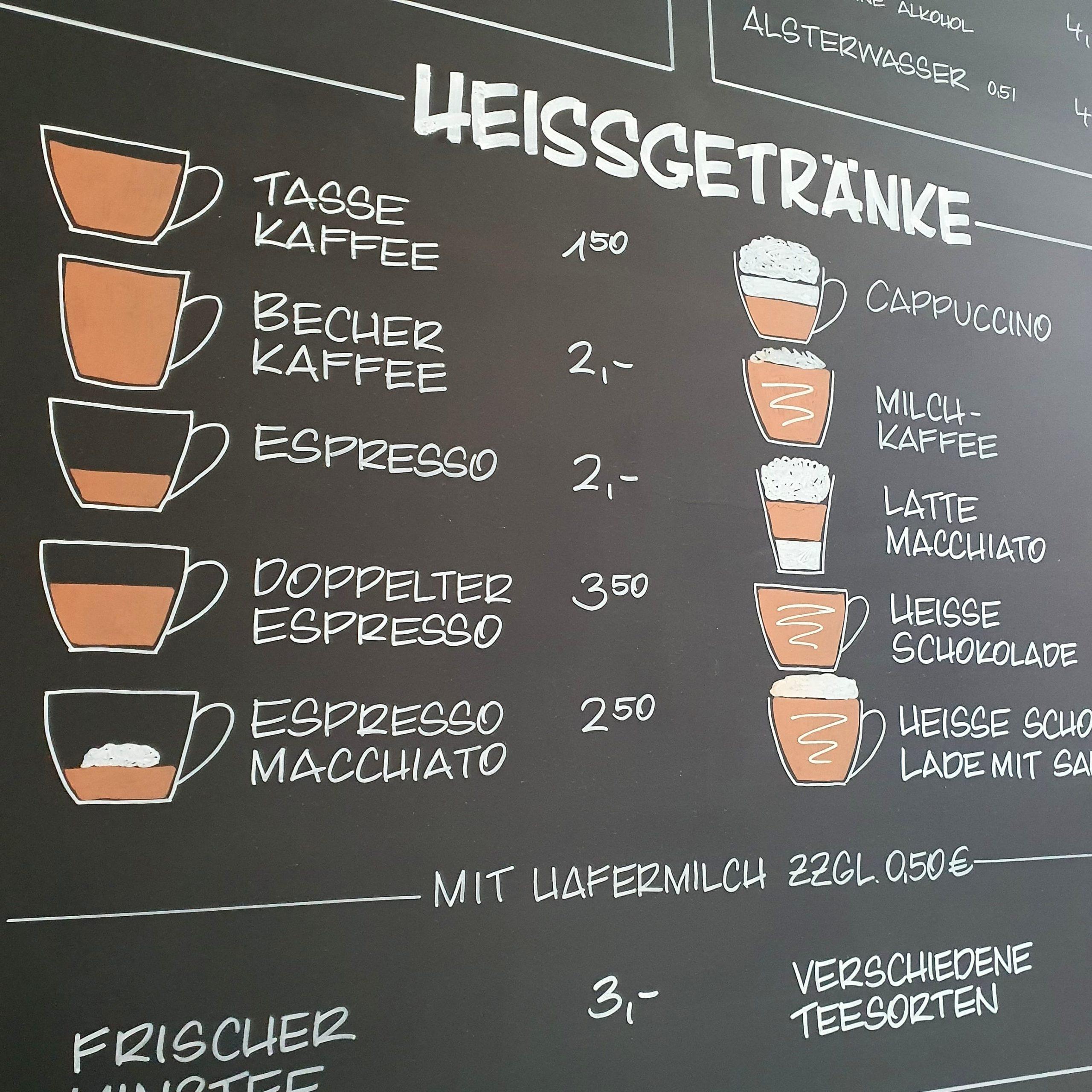 Kreidebeschriftung auf Tafel im Café